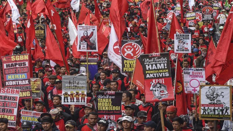 Sejumlah buruh dari berbagai serikat buruh melakukan aksi pada saat peringatan Hari Buruh Internasional (May Day) di kawasan Jalan Sudirman-Thamrin, Jakarta, Rabu (1/5/2019).  - Antara