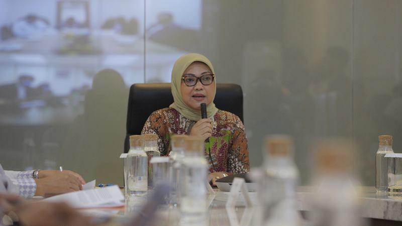 Menteri Ketenagakerjaan Ida Fauziyah saat menggelar telekonferensi dengan para petugas Atase Ketenagakerjaan (Atnaker) perwakilan pejabat RI di sejumlah negara di Kantor Kemenaker, Jakarta, Selasa (4/2/2020). -  ANTARA / Reno Esnir
