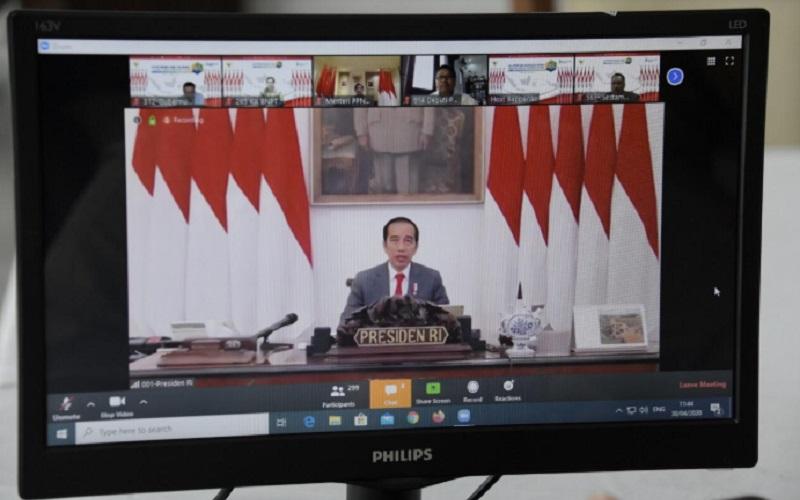 Gubernur Jawa Barat Ridwan Kamil mengikuti Musyawarah Perencanaan Pembangunan Nasional (Musrenbangnas) 2020 via telekonferensi dari Gedung Pakuan, Bandung, Kamis (30/4 - 20).