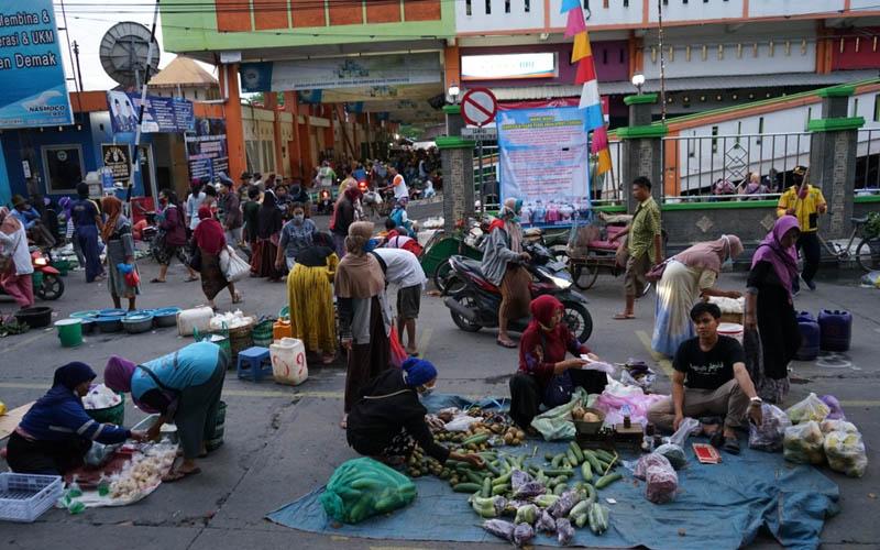 Jaga jarak pedagang di Pasar Bintoro Demak. Foto: istimewa