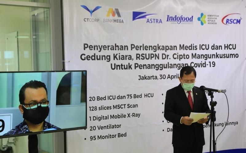Head of Corporate Communications Astra Boy Kelana Soebroto (kiri) menyimak sambutan dari Menteri Kesehatan RI Terawan Agus Putranto (kanan) pada acara penyerahan perlengkapan medis ICU & HCU untuk RSCM pada hari ini (30/4/2020).Istimewa - Astra