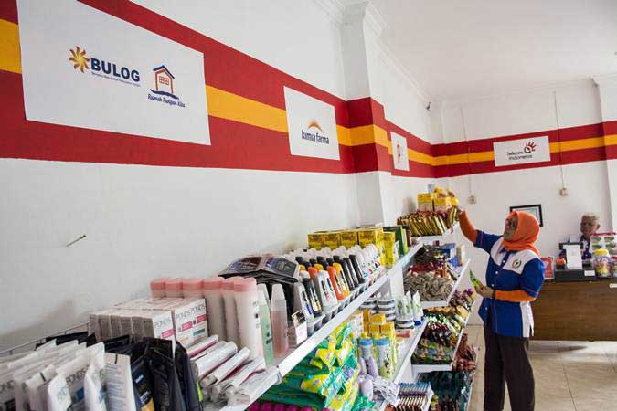 Pegawai Bumdes menata produk di outlet BUMNShop, Desa Bojong, Cikembar, Kabupaten Sukabumi, Jawa Barat, Kamis (31/1/2019). - ANTARA/Nurul Ramadhan