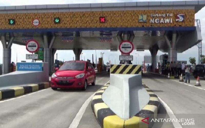 Sebuah kendaraan melintas di gerbang tol Ngawi, Rabu (29/4/2020). Sejak pemberlakuan larangan mudik dan PSBB di sejumlah kota, volume kendaraan yang melintas di jalan tol Ngawi--Kertosono turun drastis. - Antara/Louis Rika