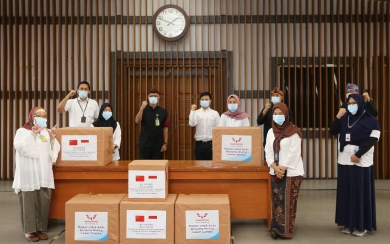 Pemerintah Kota Bandung menerima bantuan 10.000 masker nonmedis dari PT Saeic General Motor Wuling (PT SGMW). - Bisnis/Dea Andriyawan