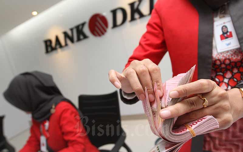 Aktivitas pelayanan di salah satu cabang Bank DKI di Jakarta, Selasa (20/8/2019). Bisnis - Arief Hermawan P