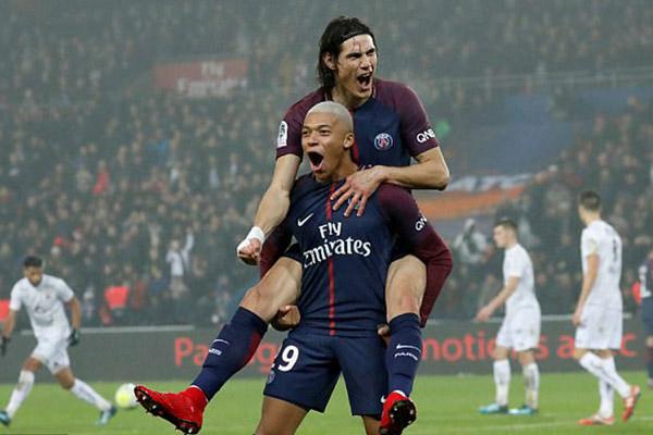 Dua ujung tombak Paris Saint-Germain, Kylian Mbappe (depan) dan Edinson Cavani. - Reuters