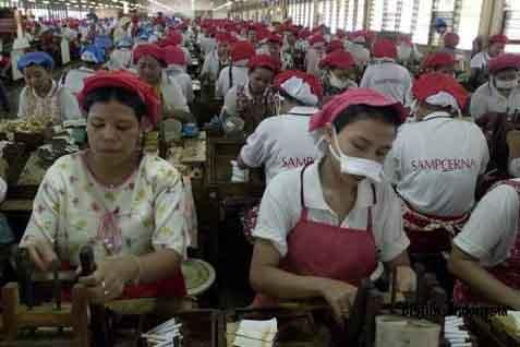 Untuk mencegah penularan virus Corona (Covid-19), kini seluruh pekerja di pabrik rokok Rungkut 2 Sampoerna telah diberhentikan sementara. - ilustrasi