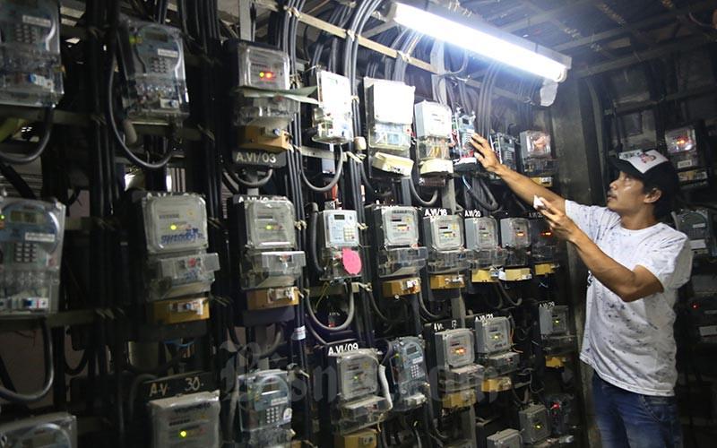 Warga memeriksa meteran listrik prabayar di Rumah Susun Benhil, Jakarta, Selasa (11/02/2020). Bisnis - Eusebio Chrysnamurti