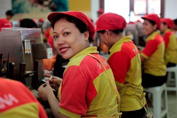 Seorang pekerja di pabrik rokok Sampoerna sedang tersenyum. Manajemen Sampoerna berjanji memberikan gaji kepada karyawan yang terdampak virus corona (Covid-19) - sampoerna.com