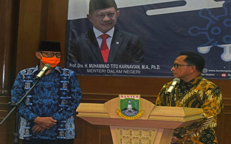 Menteri Dalam Negeri Tito Karnavian (kanan) berbicara dengan Gubernur Banten Wahidin Halim saat memimpin Rapat Kerja Penenanggulangan COVID-19, di Kantor Gubernur Banten di Serang, Kamis (19/3/2020). Rapat digelar untuk mengkoordinasikan langkah-langkah dan strategi penanggulangan COVID-19. ANTARA FOTO - Asep Fathulrahman