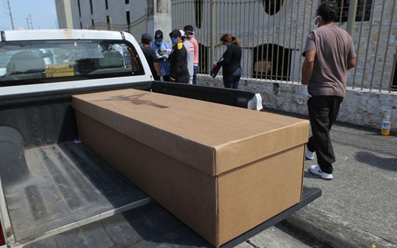 Sebuah mobil bersiap membawa jenazah korban virus corona di Guayaquil, Ekuador. Kota itu belakangan berpenampilan horor akibat begitu banyak jenazah diletakkan di tepi-tepi jalan akibat pemerintah dan masyarakat tak lagi mampu menangani korban virus Covid-19. - Bloomberg