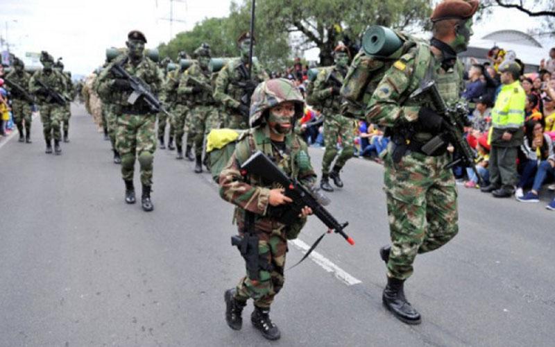 Seorang anak lelaki berjalan di antara prajurit dalam parade militer peringatan kemerdekaan Kolombia ke-208 di Bogota pada Jumat (20/7/2018)./Antara - Reuters