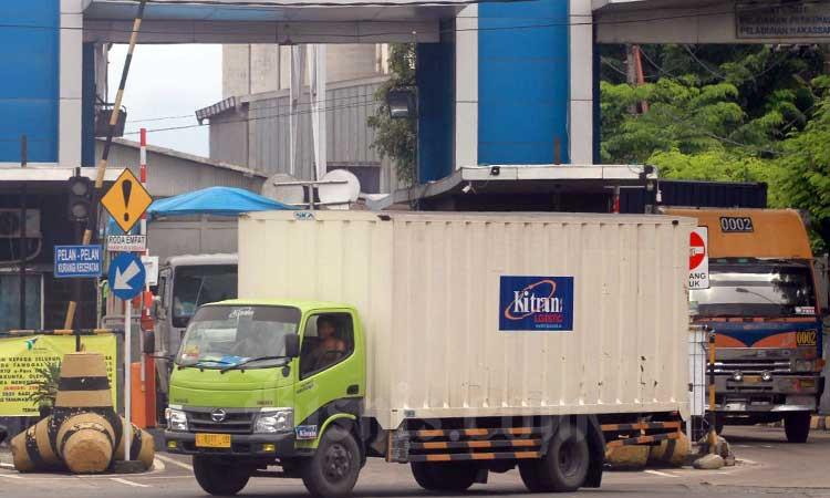 Kendaraan logistik keluar dari Pelabuhan Makassar, Sulawesi Selatan, Kamis (20/2/2020). Bisnis - Paulus Tandi Bone