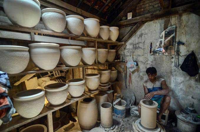 Perajin melakukan proses produksi keramik di sentra industri keramik Kiaracondong, Bandung, Jawa Barat, Rabu (27/2/2019). - ANTARA/Raisan Al Farisi