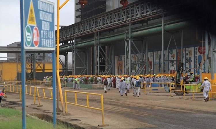 Ratusan tenaga kerja asing (TKA) dan tenaga kerja lokal berkumpul pada jam istirahat di perusahaan tambang PT Virtue Dragon Nickel Industri di Kecamatan Morosi, Kabupaten Konawe, Sulawesi Tenggara, Minggu (15/12/2019). - Antara