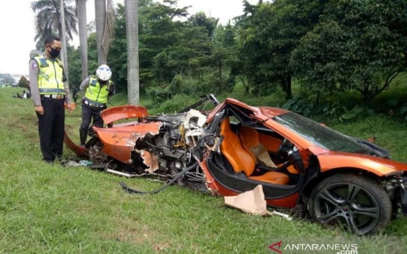 Mobil mewah McLaren mengalami kecelakaan di Km 43.00 ruas tol Jagorawi arah Jakarta, Minggu (3/5/2020). - ANTARA/Istimewa