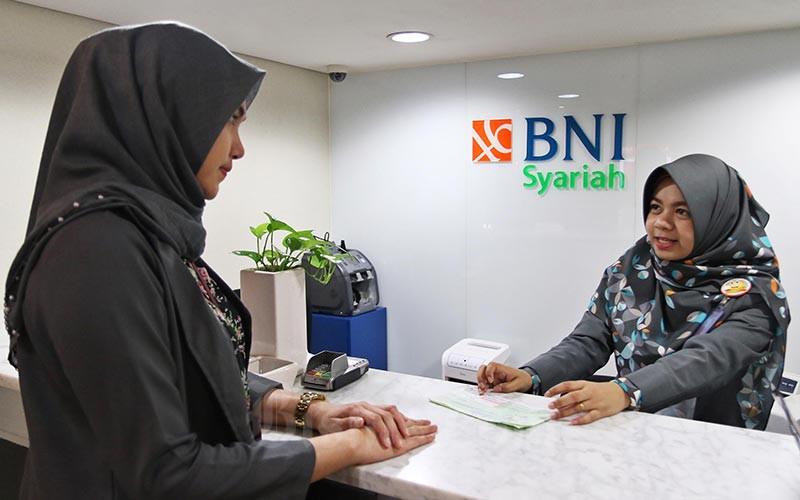Karyawan melayani nasabah di Kantor Bank BNI Syariah di Jakarta, Senin (24/2/2020). Bisnis - Eusebio Chrysnamurti