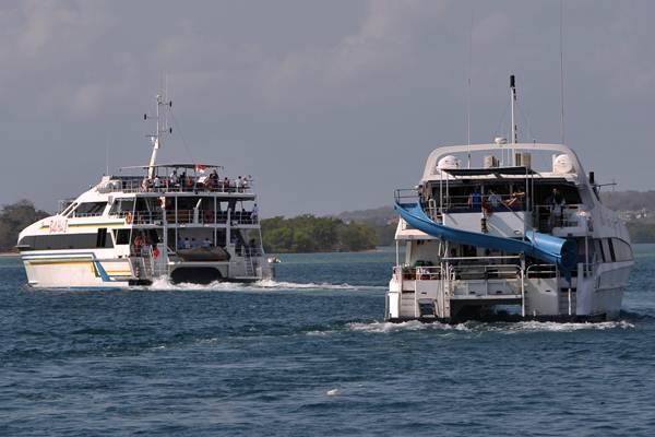 Wisatawan berada di atas kapal di perairan Pelabuhan Benoa, Denpasar, Senin (18/9). - ANTARA/Nyoman Budhiana
