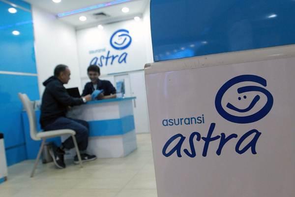 Petugas memberi penjelasan kepada pengunjung di Garda Center Asuransi Astra, di Jakarta, Rabu (20/6/2018). - JIBI/Dwi Prasetya