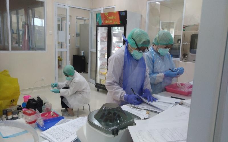 Petugas laboratorium Balai Besar Teknik Kesehatan Lingkungan dan Pengendalian Penyakit (BBTKLPP) Yogyakarta tengah membongkar, memeriksa dan mendata sampel swab Covid-19 yang dikirim oleh berbagai rumah sakit di DIY-Jateng, Senin (13/4/2020), di laboratorium BBTKLPP di Jalan Imogiri Timur, Banguntapan, Bantul. - JIBI/Bhekti Suryani.