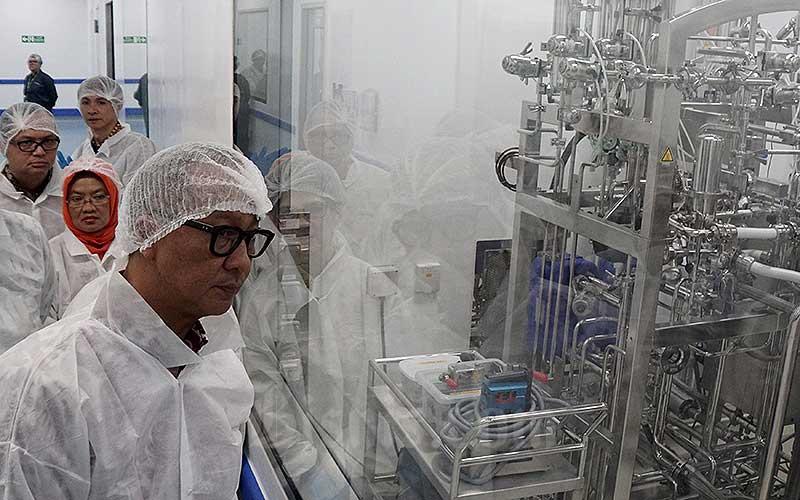 Menteri Perindustrian Agus Gumiwang Kartasasmita meninjau pabrik PT Kalbio Global Medika di kawasan industri Cikarang, Jawa Barat, Rabu (11/3/2020). Bisnis - Himawan L Nugraha
