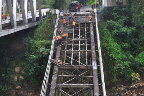 Ilustrasi - Jembatan Progo di Kab. Temanggung, Jawa Tengah dalam perbaikan. - Bisnis/Antara