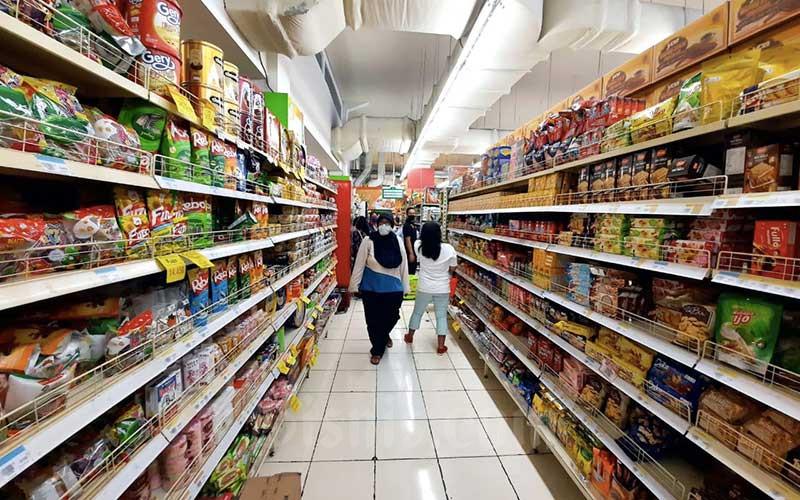 Warga berbelanja kebutuhan pangan dan rumah tangga di salah satu supermarket di Cimahi, Jawa Barat, Minggu (19/4/2020). Bisnis - Rachman