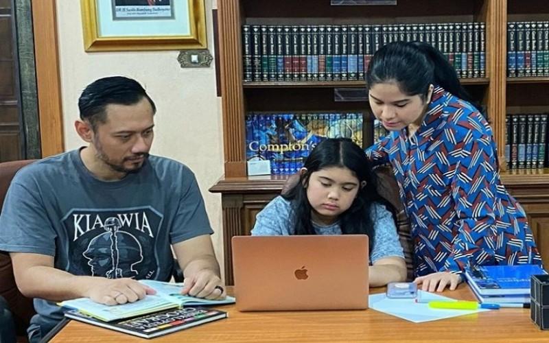 Agus Yudhoyono dan Annisa Pohan saat mendampingi anaknya mengerjakan tugas sekolah - onstagram