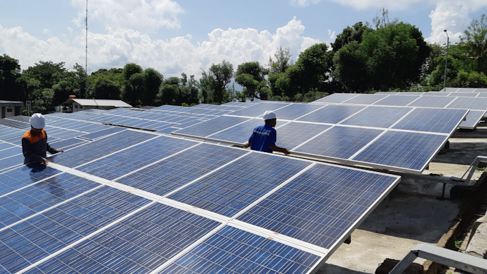 Petugas memeriksa panel surya di PLTS Gili Trawangan -  Bisnis / David E. Issetiabudi