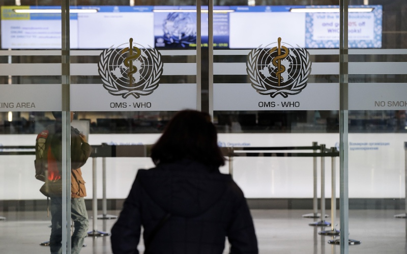 Lambang World Health Organization (WHO) terpampang di pintu masuk kantor pusat badan kesehatan dunia itu di Jenewa, Swiss, Selasa (18/2/2020). - Bloomberg/Stefan Wermuth