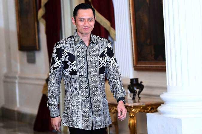 Komandan Komando Satuan Tugas Bersama (Kogasma) Partai Demokrat Agus Harimurti Yudhoyono (AHY) berjalan keluar dari ruangan usai bertemu Presiden Joko Widodo di Istana Merdeka, Jakarta, Kamis (2/5/2019). - ANTARA/Wahyu Putro A