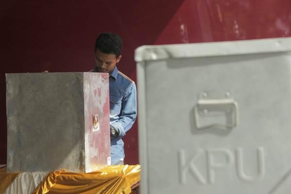 Ilustrasi - Warga menggunakan hak suaranya dalam Pilkada serentak di Tempat Pemungutan Suara (TPS) Cipondoh, Tangerang Kota, Banten, Rabu (27/6/2018). - JIBI/Felix Jody Kinarwan