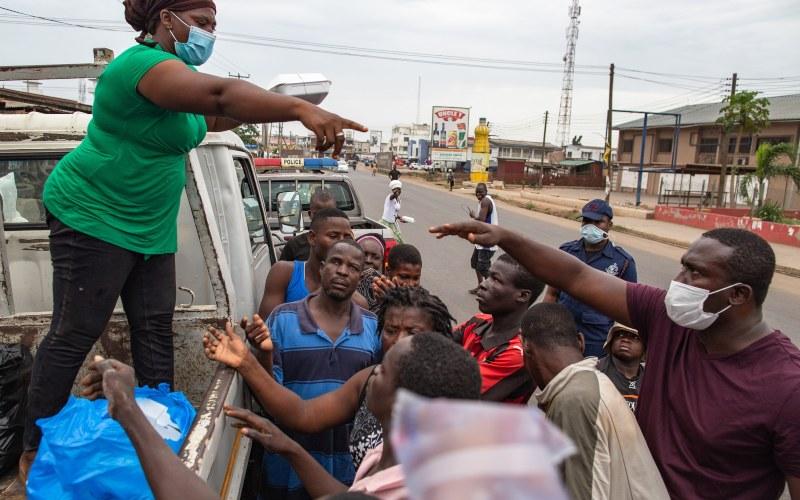 Ilustrasi - Seorang relawan membagikan bingkisan di Pasar Agbogbloshie, Accra, 4 April 2020.  - Bloomberg