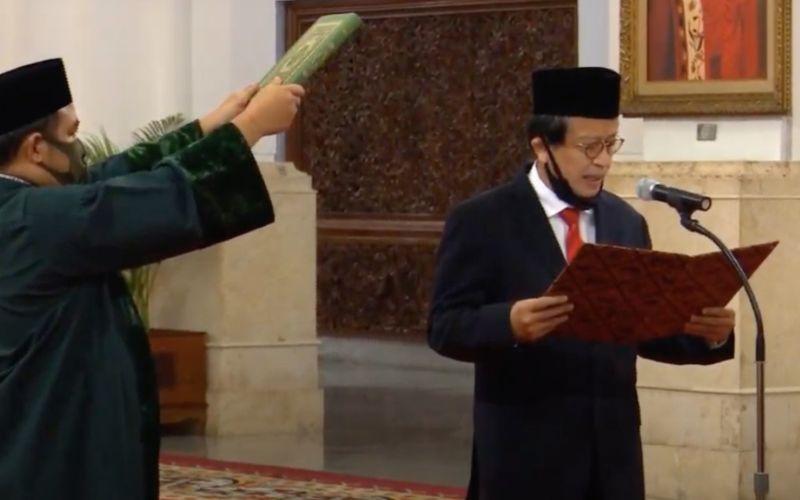 Dian Edina Rae mengucap sumpah saat dilantik menjadi Kepala PPATK oleh Presiden Joko Widodo di Istana Negara, Jakarta, Rabu (6/4 - 2020). / Biro Pers Media Istana.