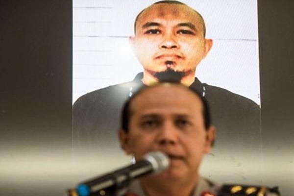 Irjen Pol Boy Rafli Amar saat masih menjabat Kadiv Humas Mabes Polri saat menyampaikan keterangan dengan latar belakang foto pelaku teror bom di Bandung, Selasa (28/2/2017). - Antara