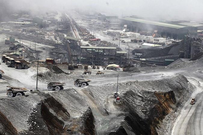 Truk diparkir di tambang terbuka tambang tembaga dan emas Grasberg di dekat Timika, Papua. - Antara/Muhammad Adimaja