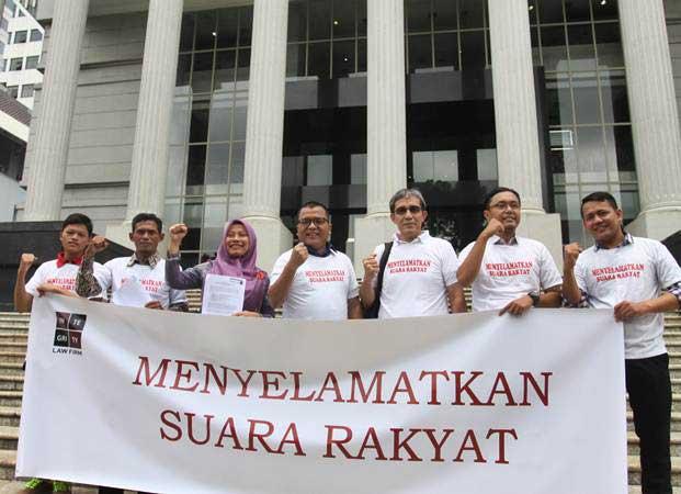 Mantan Wakil Menkum HAM, Denny Indrayana (tengah) bersama Penelitii utama NETGRIT, Hadar Nafis Gumay (ketiga kanan) dan Direktur PERLUDEM, Titi Anggraini (ketiga kiri) dan sejumlah aktivis, usai mendaftarkan uji materi UU Nomor 7 Tahun 2017 tentang Pemilu, di Gedung Mahkamah Konstitusi, Jakarta, Selasa (5/3/2019). - ANTARA/Reno Esnir
