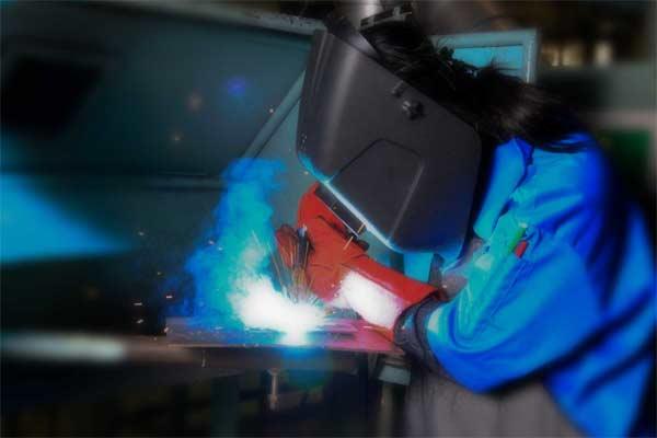 Ilustrasi-Siswa Politeknik Manufaktur Astra sedang melakukan praktik pengelasan - polman.astra.ac.id