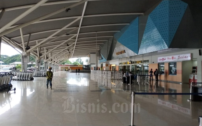 Suasana ruang keberangkatan Bandara Sultan Hasanudin, Makassar Sulawesi Selatan masih tampak sepi pada hari Kamis (7/5/2020). Meski pemerintah telah membuka penerbangan, namun aktivitas di Bandara Internasional Sultan Hasanuddin masih belum tampak calon penumpang. - Bisnis/Paulus Tandi Bone