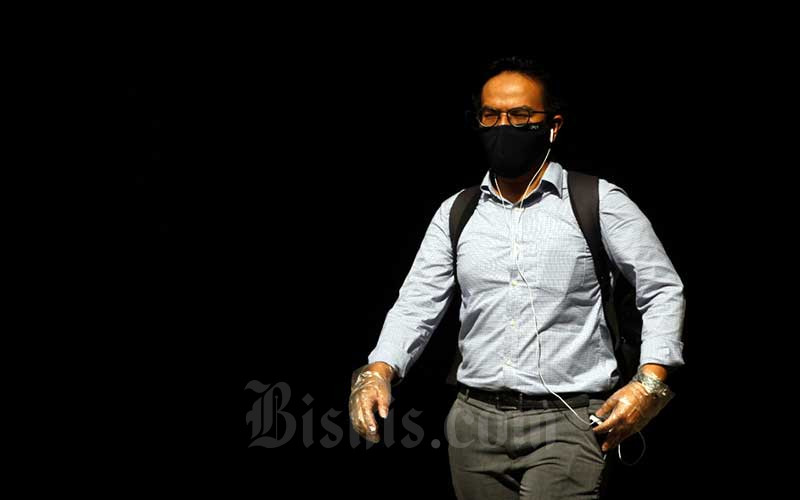 Warga menggunakan masker saat beraktivitas di luar ruangan di Jakarta, Selasa (7/4/2020). Bisnis - Himawan L Nugraha