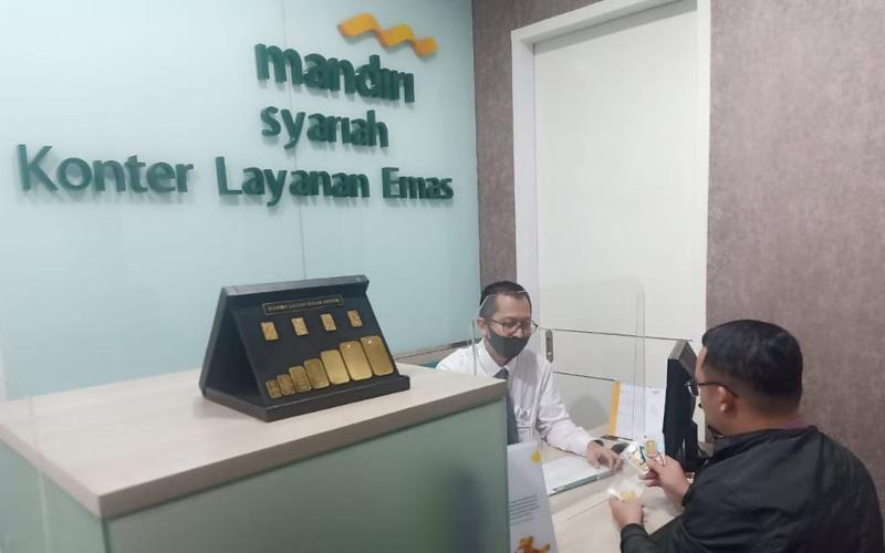 Dummy emas batangan terpampang di depan konter layanan emas Bank Mandiri Syariah Kota Malang. Foto: istimewa