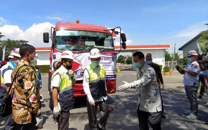 Menteri Perdagangan (Mendag) Agus Suparmanto mengecek proses pendistribusian Bahan Bakar Minyak (BBM) di Depo Pertamina Gedebage, Jumat (8/5/2020). - Bisnis/Dea Andriyawan