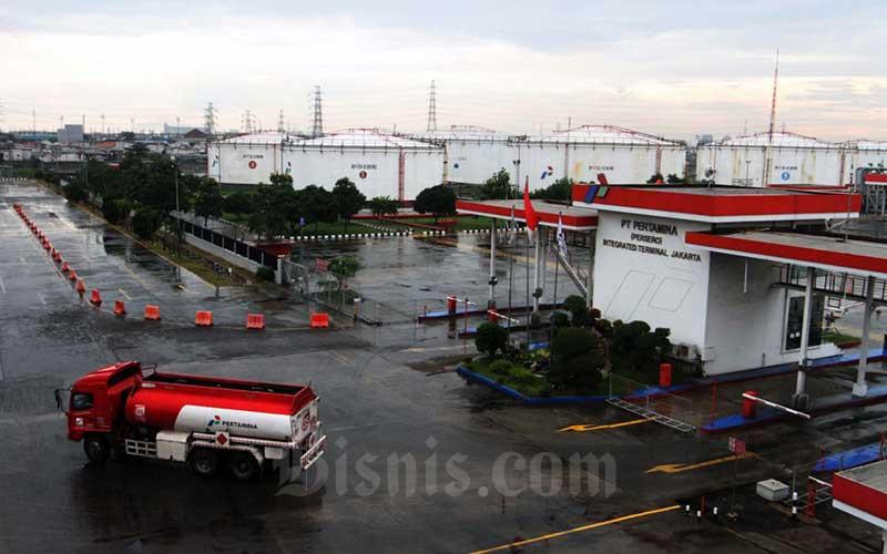 Aktifitas pengisian truk tangki untuk distribusi bahan bakar minyak (BBM) di Depo BBM Pertamina di Plumpang, Jakarta, Senin (4/5/2020). Bisnis - Dedi Gunawan