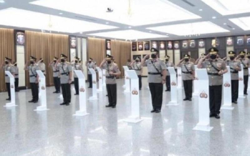 Sejumlah perwira tinggi (pati) Polri mengikuti prosesi serah terima jabatan yang dipimpin Kapolri Jenderal Pol. Idham Azis di Rupatama Mabes Polri, Jakarta, Jumat (8-5-2020).  - Antara