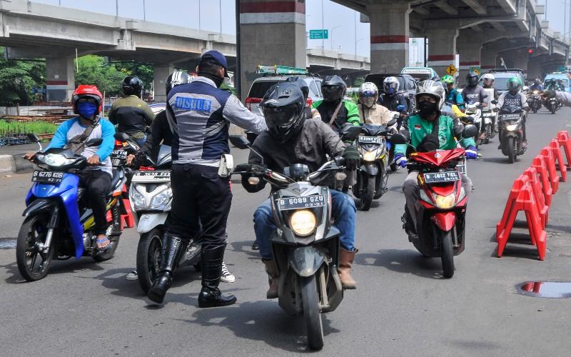 Petugas Dinas Perhubungan melakukan penyekatan pemudik yang menggunakan motor di Kalimalang, Bekasi, Jawa Barat, Senin (27/4/2020). Pemeriksaan diperbatasan Bekasi dan Jakarta untuk menindaklanjuti kebijakan larangan mudik selama pandemi COVID-19. - ANTARA FOTO/Fakhri Hermansyah