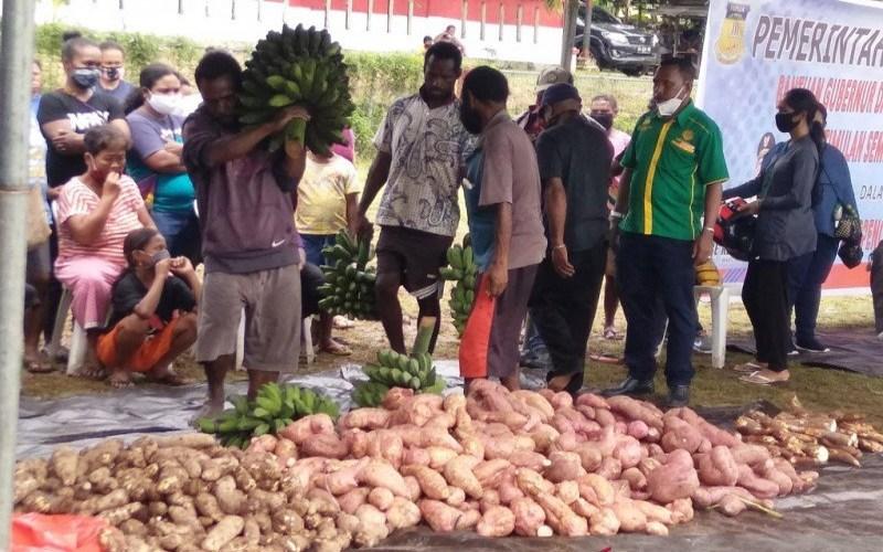 Pangan lokal Papua berupa petatas dan keladi siap dibagikan kepada warga terdampak virus corona di Kampung Yoka, Kota Jayapura. - Antara Papua/Muhsidin
