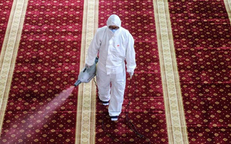 Proses disinfektan di salah satu masjid di dekat Kuala Lumpur, Malaysia, untuk memusnahkan virus corona. - Bloomberg