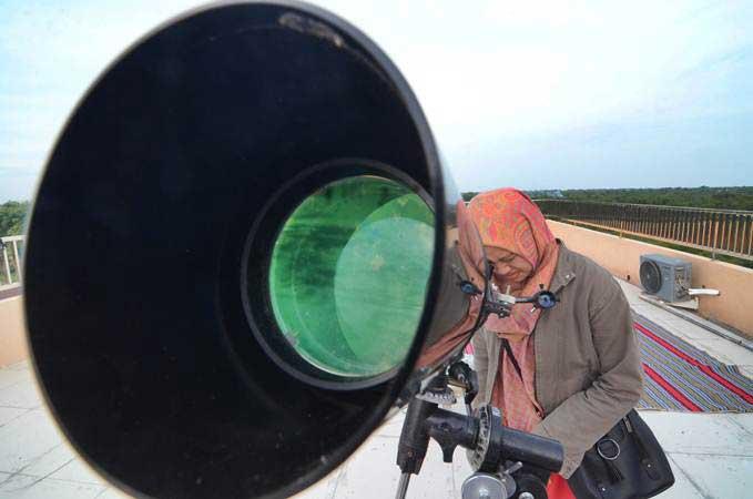 Mahasiswa mengamati posisi hilal (bulan) saat dilakukan rukyatul hilal guna menentukan 1 Syawal 1440 H, di IAIN Madura, Pamekasan, Madura, Senin (3/6/2019). Hilal gagal dilihat karena terhalang awan. - ANTARA/Saiful Bahri