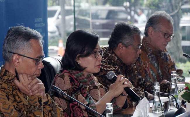 Menteri Keuangan Sri Mulyani Indrawati (kedua kiri) didampingi Ketua Dewan Komisioner Otoritas Jasa Keuangan (OJK) Wimboh Santoso (kiri), Gubernur Bank Indonesia Perry Warjiyo (kedua kanan), dan Ketua Dewan Komisiomer Lembaga Penjamin Simpanan (LPS) Halim Alamsyah memberikan pemaparan dalam konferensi pers Komite Stabilitas Sistem Keuangan (KSSK) di Jakarta, Rabu (22/1).Bisnis - Himawan L Nugraha