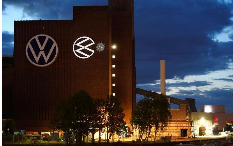Sebuah kartun logo VW menekan coronavirus ditampilkan di sebuah gedung di markas Volkswagen untuk merayakan pembukaan kembali pabrik selama penyebaran penyakit coronavirus (Covid/19) di Wolfsburg, Jerman 25 April 2020. / REUTERS